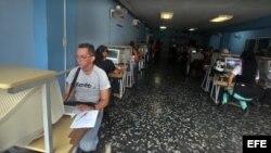 Varias personas acceden a Internet en una sala de navegación en La Habana (Cuba).