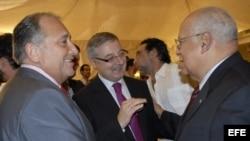 El vicesecretario general del (PSOE), José Blanco (c), conversa con Victor Moro (i), presidente de la Asociación de Empresarios y Ricardo Cabrisas, Vicepresidente del Consejo de Ministros, en noviembre de 2008.
