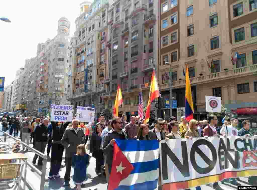 Manifestantes contra el partido político Podemos