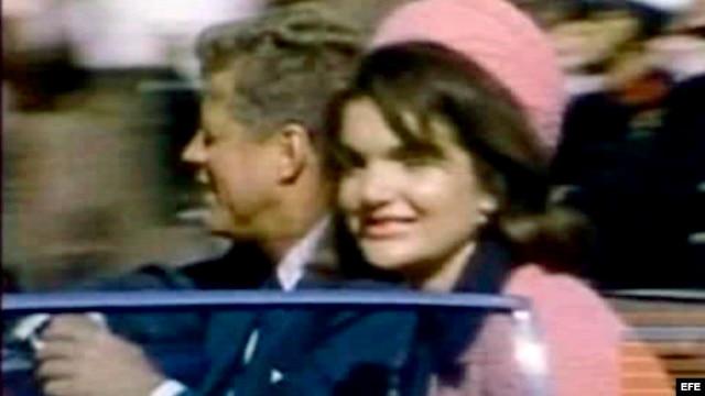 Fotograma de una secuencia que muestra al presidente estadounidense John F. Kennedy (i) junto a su esposa, Jacqueline Kennedy (d).