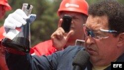 Hugo Chávez observa una muestra de petróleo durante una visita a la Faja Petrolífera del Orinoco, estado Monagas. Archivo.