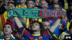 Aficionados del FC Barcelona durante el partido del grupo H de la Liga de Campeones ante el Celtic de Glasgow, disputado esta noche en el Celtic Park de Glasgow, Reino Unido, el 1 de octubre del 2013.