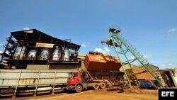 Obreros descargan un camión cargado con caña de azúcar en un central en Calimete, provincia de Matanzas.