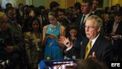 El senador republicano Mitch McConnell (d) habla durante una rueda de prensa en el Capitolio en Washington, D.C., (EEUU).