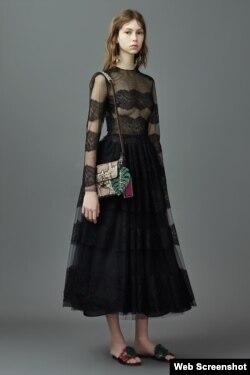 Esta los elegantes vestidos de encaje bordado van acompañados del detalle tropical.