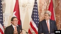 John Kerry y Bruno Rodríguez en el Departamento de Estado.
