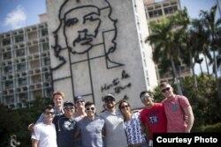 Los expertos en clavados extremos posan en las calles de La Habana.