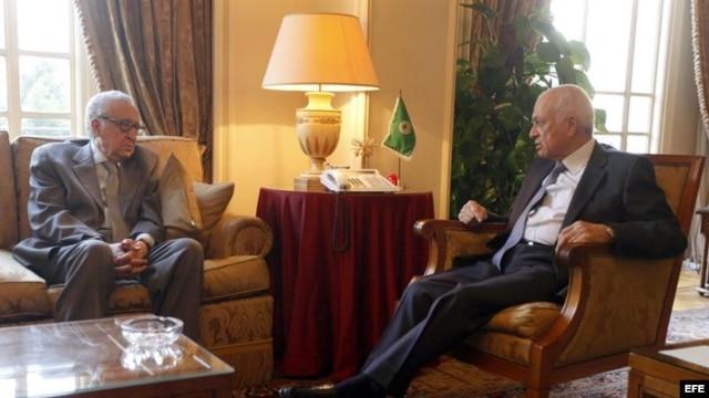 El emisario internacional para Siria, Lakhdar Brahimi (i) conversa con el secretario general de la Liga Árabe, Nabil Al Arabi (d).