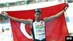 Yasmani Copello celebra su medalla de bronce en los Juegos Olímpicos de Río de Janeiro.