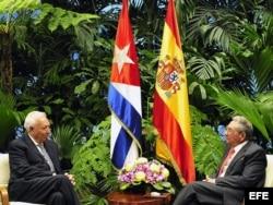 """""""Momento dulce"""": Raúl Castro conversa con el ministro español de Asuntos Exteriores, José Manuel García-Margallo en La Habana."""