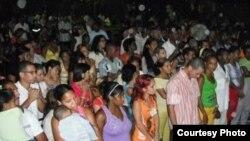 Congregación en la iglesia del Pastor Alaín Toledano Valente, en Santiago de Cuba.