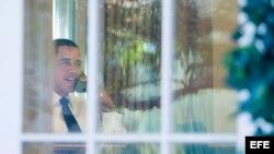 El presidente estadounidense Barack Obama habla por teléfono en el despacho Oval de la Casa Blanca en Washington DC.