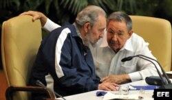 Raúl Castro habla con su hermano Fidel, el 19 de abril de 2011, durante la clausura del VI Congreso del Partido Comunista de Cuba en La Habana.