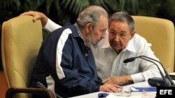 ARCHIVO. Fidel Castro (i), habla con el actual mandatario, Raúl Castro (d), el 19 de abril de 2011, durante la clausura del VI Congreso del Partido Comunista de Cuba en La Habana.