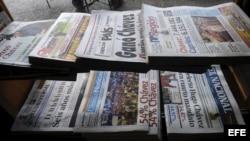 Vista de diarios locales venezolanos que circularon en octubre de 2012, en Caracas, un día después de las elecciones presidenciales en el país.