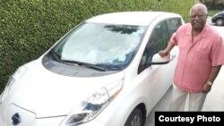 John Felder junto a uno de sus Nissan Leaf.