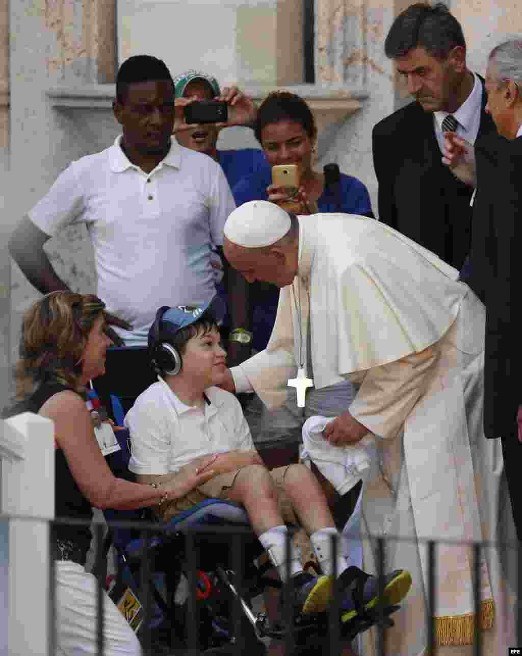 El papa Francisco saluda a un niño discapacitado durante un encuentro con jóvenes hoy, domingo 20 de septiembre de 2015, en el Centro Cultural Padre Félix Varela, en La Habana (Cuba). EFE/Orlando Barría