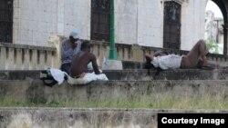 Alcoholicos se agrupan en las esquinas de La Habana. (Foto: Augusto C. San Martín)