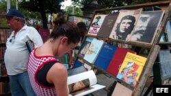 Puestos de libreros callejeros que colman la Plaza de Armas de La Habana Vieja.