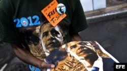 Ron Atkins vende unas camisetas con la imagen del presidente estadounidense, Barack Obama, en el centro de Charlotte, Carolina del Norte, (EEUU).