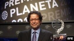 El escritor y periodista mexicano Jorge Zepeda, tras recibir el trofeo que le acredita como ganador del Premio Planeta.