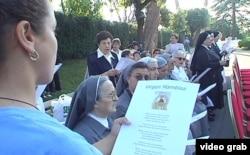 """Monjas presentes en los Jardines del Vaticano cantan el cántico """"Virgen Mambisa""""."""