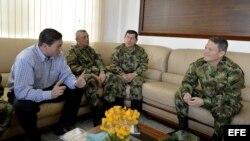 El General Alzate y otros dos soldados liberados por las FARC se entrevistan con el ministro de Defensa colombiano.