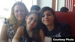 Surelis junto a sus hijas Susana y María.