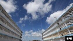 Vista de dos edificios de la prisión Combinado del Este, en La Habana, Cuba.