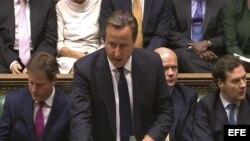El primer ministro británico David Cameron interviene durante un debate sobre Siria en la Cámara de los Comunes, Londres, Reino Unido, hoy 29 de agosto de 2013