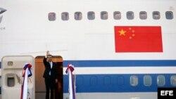 El primer ministro chino, Li Keqiang (c), desembarca a su llegada al aeropuerto internacional de Wattay en Vientián (Laos) hoy, 6 de septiembre de 2016.