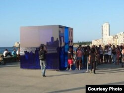 "Visitantes se amontonan para ver ""Cubo azul"", de Rachel Valdés."