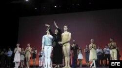 Alicia Alonso, junto a dos primeros bailarines del Ballet Nacional de Cuba que fundó y dirige, Yoel Carreño (i) y Dani Hernández (d), recibe la ovación del público en París.