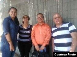 Representantes de la comunidad cubana en Ecuador a las afueras de la Embajada de EEUU en Quito.
