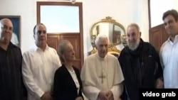 Angel Castro (segundo de izq. a der.) junto a sus padres y hermanos en una visita al Papa Benedicto XVI en la nunciatura de La Habana.