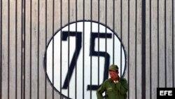 n soldado cubano monta guardia junto a la Oficina de Intereses de Estados Unidos en Cuba, donde se ha colocado un cartel con un número 75 en solidaridad con los 75 disidentes detenidos en la primavera del 2003.