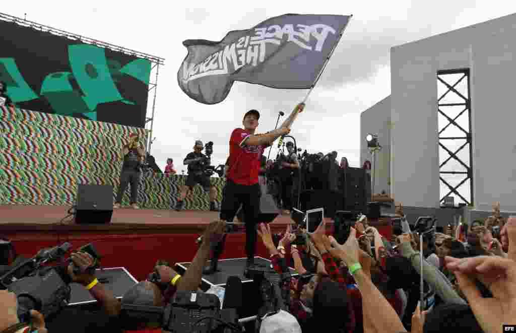 Los integrantes de la banda Major Lazer, Dj Diplo (i), Walshy Fire (d) y Jillionaire (c), ofrecen un concierto, el domingo 6 de marzo del 2016, en La Habana.