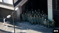 Miembros de la Guardia Nacional venezolana custodian la sede del Ministerio de Transporte
