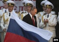 El presidente ruso, Vladimir Putin (c), asiste a un desfile militar en la bahía del puerto crimeo de Sebastopol durante la celebración del 69 aniversario de la victoria sobre la Alemania nazi.