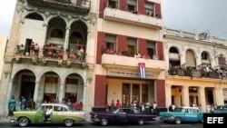 Decenas de personas observan desde sus casas el primer desfile de la casa de moda Chanel en La Habana. Archivo.