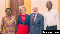 Jimmy Carter en Guyana con observadores internacionales.