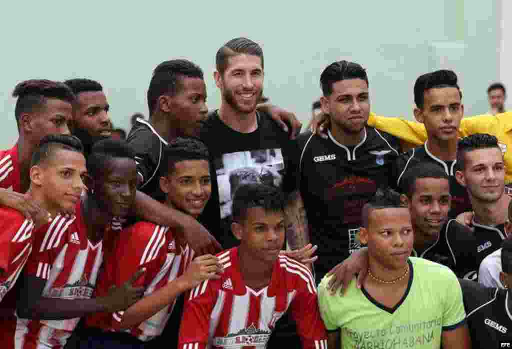 Sergio Ramos (c) con un grupo de niños y adolescentes en La Habana.