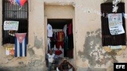Dos hombres conversan en la entrada de una casa en la ciudad de Santiago de Cuba.
