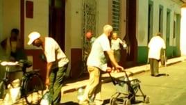 San Antonio de los Baños Iglesia entrega agua a dos pomos por persona /  foto Bárbara Fernández