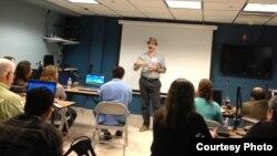 Ted Henken habla sobre las redes sociales en Cuba.