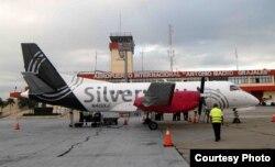 En la pista del aeropuerto Antonio Maceo, el avión de Silver Airways que realizó el primer vuelo comercial de EE.UU.a Santiago de Cuba en más de 50 años.