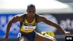 La atleta Michelle Perry en acción durante la carrera de 100 metros vallas