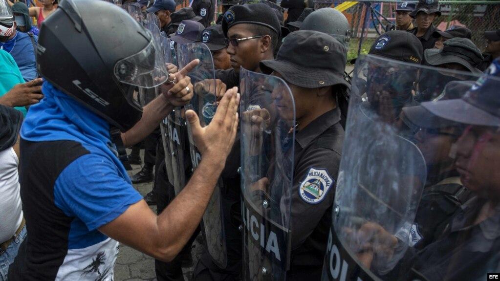 Manifestantes se enfrentan con la Policía durante una protesta en Managua.