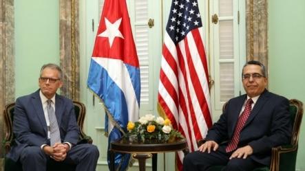 El ministro interino de Relaciones Exteriores de Cuba, Marcelino Medina (d), se reúne con el jefe de la Sección de Intereses de EE.UU. en La Habana, Jeffrey DeLaurentis.