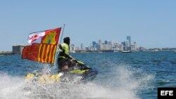 Álvaro de Marichalar, celebra su llegada a la costa de Miami, Florida (EEUU).